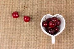 Вишни Чили и в форме Сердц кружка на дерюге Стоковые Изображения RF