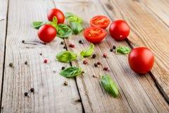 вишня базилика покидает томаты Стоковое Изображение