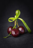 Вишня, вишни на черной предпосылке Стоковые Фотографии RF