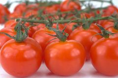 вишня дробит томаты на участки Стоковые Фотографии RF