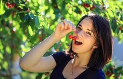 вишня есть девушку Стоковое фото RF