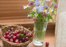 Вишня и букет wildflowers Стоковые Фотографии RF