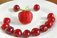 Вишня клубники с тортом в форме улыбки Стоковое Фото