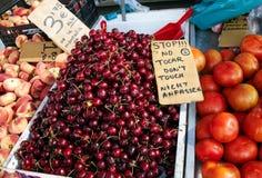 Вишня на рынке воскресенья в Испании, Mercadillo de Campo de Guardamar Стоковое фото RF