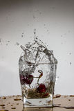 Вишня падает с выплеском в воде Стоковое фото RF