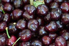 Вишня предпосылки сладостной вишни корзины вишни с лист Стоковые Фото