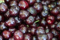 Вишня предпосылки сладостной вишни корзины вишни с лист Стоковое Фото
