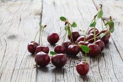Вишня предпосылки сладостной вишни с лист Стоковые Фотографии RF