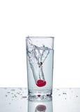 Вишня с выплеском воды Стоковые Изображения RF
