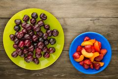 Вишня ягоды на плите на деревянной предпосылке салат померанца кивиа плодоовощей плодоовощ диетпитания банана яблока Еда Vegan стоковые фото