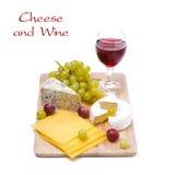3 вида изолированных сыра, виноградин и вина, Стоковая Фотография