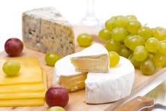 3 вида изолированных сыра и виноградин, селективного фокуса Стоковые Фото