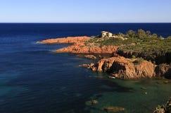 Вилла на береговой линии красного утеса среднеземноморской стоковое изображение rf
