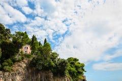 Вилла на скале побережья Амальфи, около Positano, Италия Стоковая Фотография