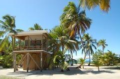 Вилла пляжа на удаленном тропическом острове Стоковое Изображение