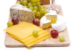 3 вида сыра и виноградин, конца-вверх Стоковые Изображения RF