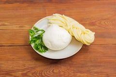 2 вида сыра и петрушки моццареллы на поддоннике Стоковые Изображения RF