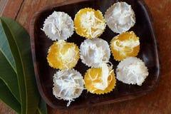2 вида тайского десерта с кокосом на верхней части в деревянном блюде Стоковые Фото