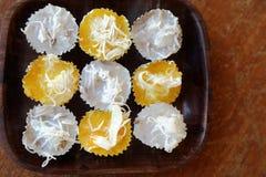 2 вида тайского десерта с кокосом на верхней части в деревянном блюде Стоковые Изображения RF