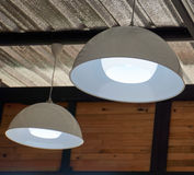 Вид белой лампы на потолке стоковое изображение rf