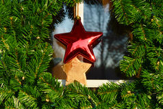 Вид венка рождества на двери Стоковые Изображения RF