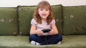 Видеоигра игры маленькой девочки сток-видео