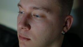 Видеоигра игры молодого человека на ПК акции видеоматериалы