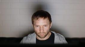 Видеоигра игры молодого человека на ПК видеоматериал