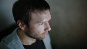 Видеоигра игры молодого человека на ПК сток-видео