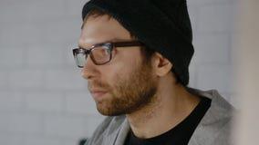 Видеоигра игры молодого человека видеоматериал