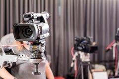 Видеокамера цифров с оборудованием объектива в профессиональных средствах массовой информации s стоковые изображения