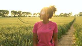 видеоклип 4K бегуна молодой женщины красивого здорового подростка девушки смешанной гонки Афро-американского женского используя у видеоматериал