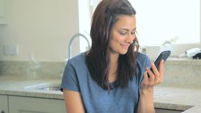 Видео женщины сидя в кухне сток-видео