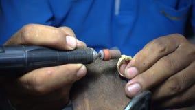 Видео замедленного движения, кузнец полирует кольцо золота или серебра акции видеоматериалы