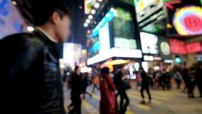 Видео замедленного движения людей двигая на перекресток в толпить выравниваясь улице города Hong Kong сток-видео