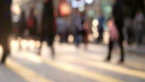 Видео замедленного движения людей двигая на перекресток Hong Kong сток-видео