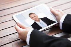 Видео конференц-связь коммерсантки с коллегой Стоковое фото RF