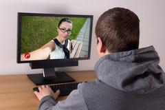 Видео- концепция звонка - укомплектуйте личным составом беседовать с молодой женщиной стоковые фотографии rf