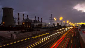Видео промежутка времени движения ночи на городской магистрали вдоль индустриальной зоны сток-видео