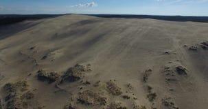 Видео самых больших песчанной дюны и океана Дюна du Pilat в Европе, Arcachon, Франции Следы ноги на песке, видео для backgr места сток-видео