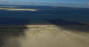 Видео самых больших песчанной дюны и океана Дюна du Pilat в Европе, Arcachon, Франции Следы ноги на песке, видео для backgr места акции видеоматериалы