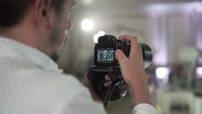 Видео стрельбы человека на партии акции видеоматериалы