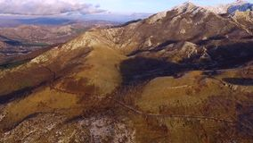 Видео трутня - балканские горы в национальном парке Lovchen и Kotor преследуют акции видеоматериалы