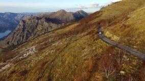 Видео трутня - вождение автомобиля на дороге горы, национальном парке Lovchen сток-видео
