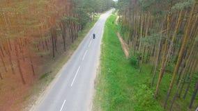 Видео трутня мотоциклиста управляя прочь видеоматериал