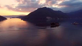 Видео трутня - туристическое судно в заливе Kotor после захода солнца, Perast сток-видео
