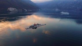 Видео трутня - туристическое судно в заливе Kotor после захода солнца, Perast акции видеоматериалы