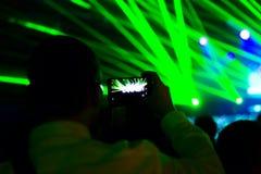 Видео фото человека мобильным телефоном silhouettes толпа Стоковая Фотография RF