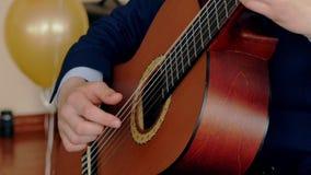 Видео Hd gutiarist играя гитариста гитариста акустической гитары акустический играя акустическую гитару видеоматериал
