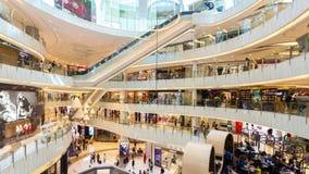 видео hyperlapse 4k людей ходя по магазинам в торговом центре в Гонконге сток-видео